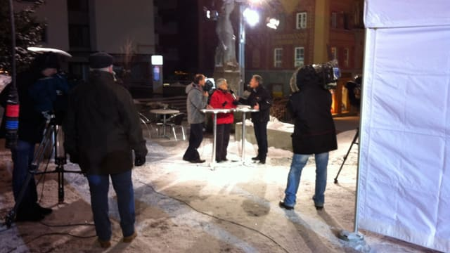 Die Kollegen aus Genf schalten nach St. Moritz: Gian Gilli (Leiter «Olympische Winterspiele Graubünden») und Silva Semandeni (Präsidentin «Olympiakritisches Graubünden») diskutieren in der Westschweizer Tagesschau.