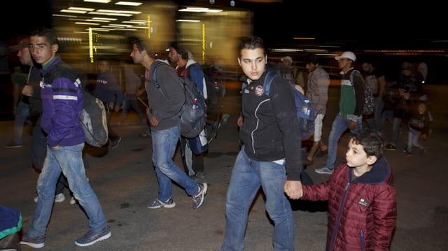 Fugitivs ch'arrivan al port d'Athen.