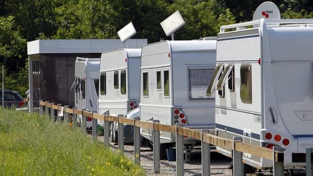 Wohnwagen auf einem Parkplatz