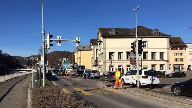 Viele Autos befahren die Rheinuferstrasse in Schaffhausen