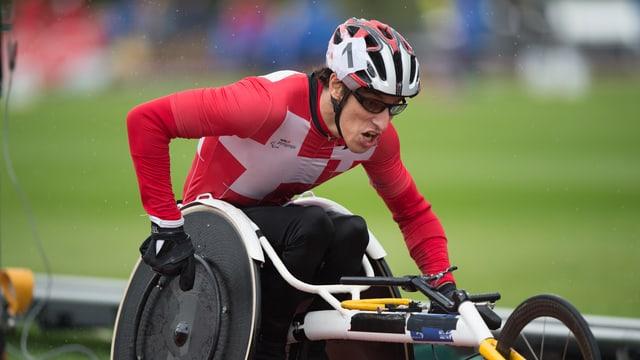 Bojan Mitic fährt mit dem Rollstuhl über die Bahn.