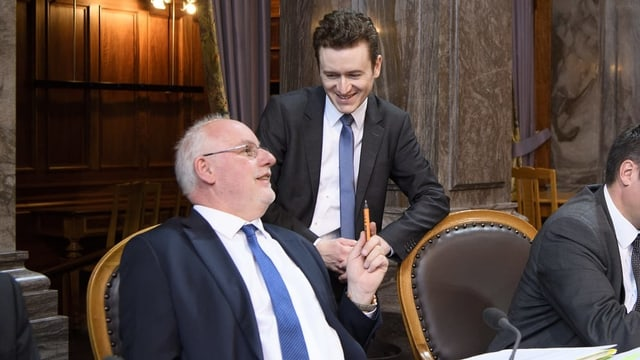 Didier Berberat und Raphaël Comte sprechen im Ständeratssaal miteinander