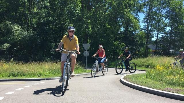 Senioren mit E-Bike in einem Kreisel.