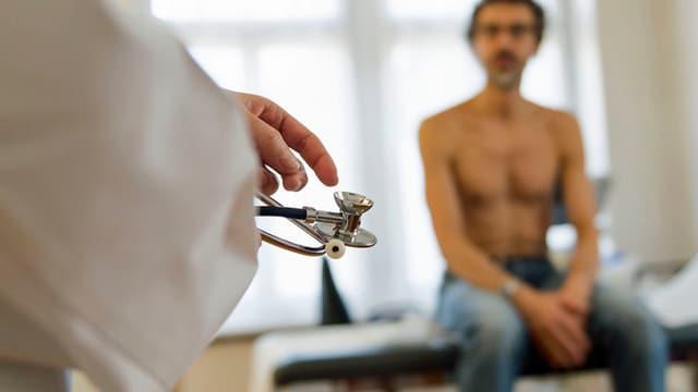 Hausarzt mit Patient