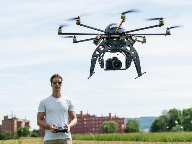 In um che sgola ina drona.