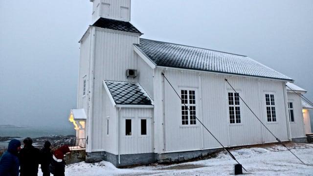 Seitenansicht der Kirche mit den stützenden Seilen