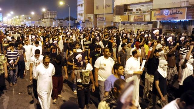 Demonstrierende Menschen in der saudischen Stadt Qatif.