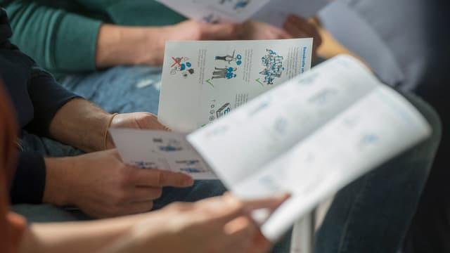 Abitants en in center per requirents d'asil a Lucerna vegnan informads davart las reglas fundamentalas per la convivenza.