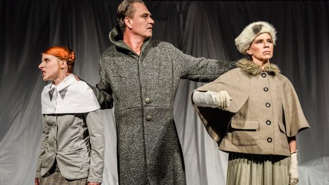 Drei Schauspieler in warmen Kleidern im schneebedeckten Zauberwald