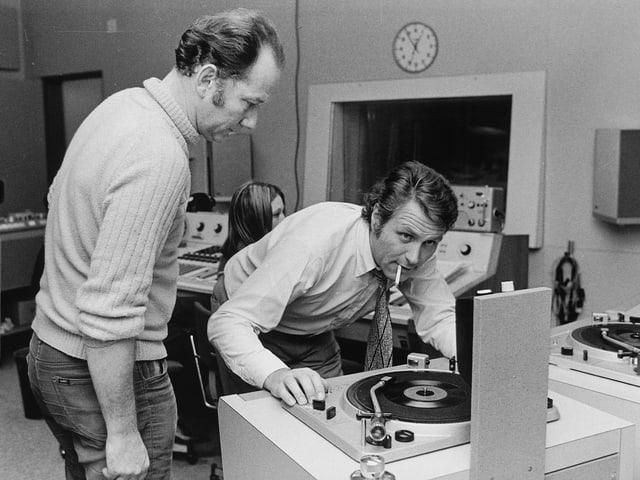 Ueli Beck und Gustav Hofstetter im Studio am Plattenspieler stehend.