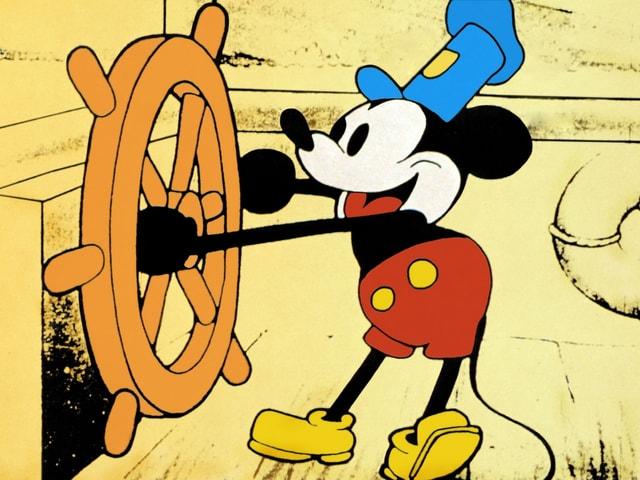 Micky Maus auf einem Boot.