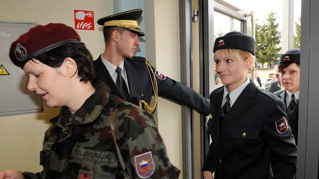 Slowenische Soldatinnen treten in ein Gebäude ein