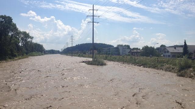 Hochwasser im verbreiterten Flussbett der Emme