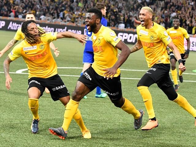 Die Berner Young Boys gewinnen seit 32 Jahren wieder die «Super League» und freuen sich.