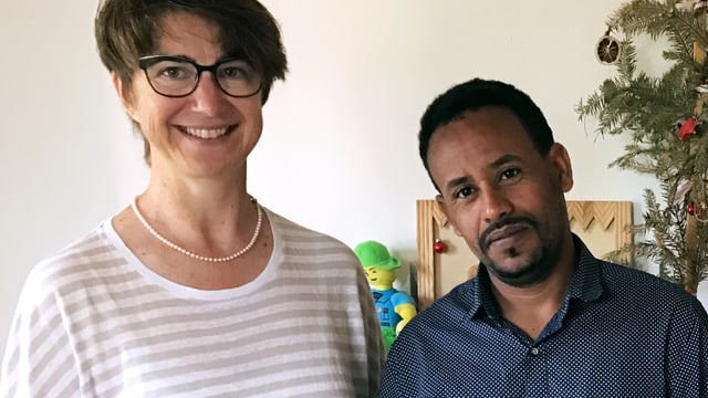 Gemeinderätin Gerda Jung und Tesfalem Nemuy.