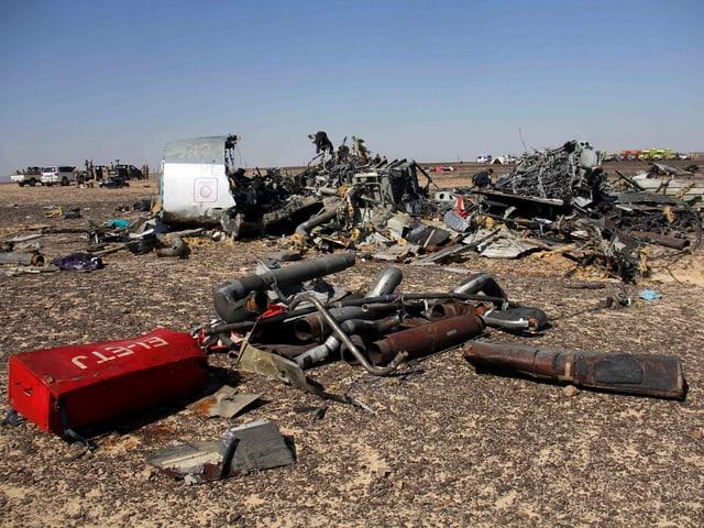 Flugzeug-Wrackteile liegen in der Wüste