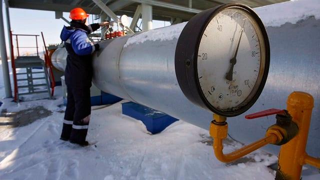 Ein Arbeiter arbeitet an einer Gaspipeline