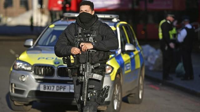 Ein Polizist am Tatort in London.