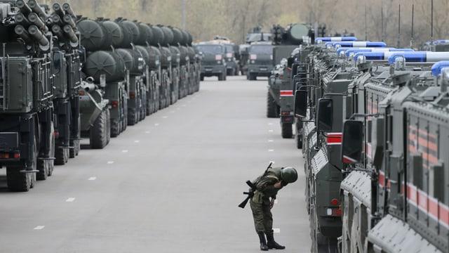 Ein russische Soldat begutachtet Militärfahrzeuge
