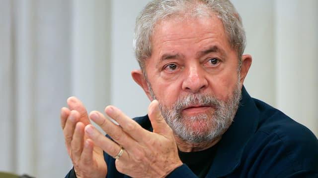 Lula in Grossaufnahme mit erhobenen Händen und nachdenklichem Blick auf die Seite.