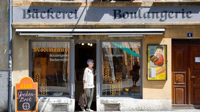 Bäckerei, die zweisprachig angeschrieben ist.