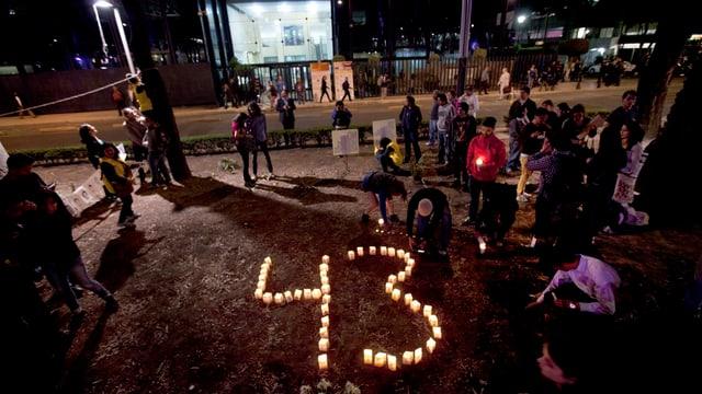 Die Nummer 43 aus Kerzen geformt