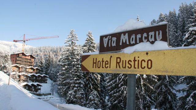 Ina fotografia dal mussavia che inditgescha la via al hotel Rustico.