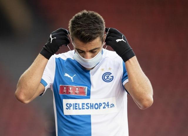 GC-Spieler Santos zieht eine Hygienmaske an