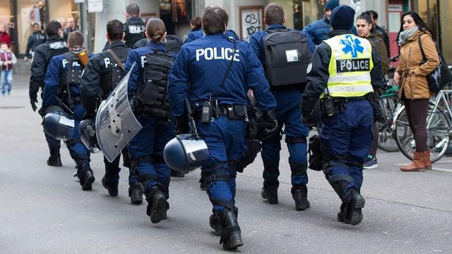 Polizisten in den Berner Gassen