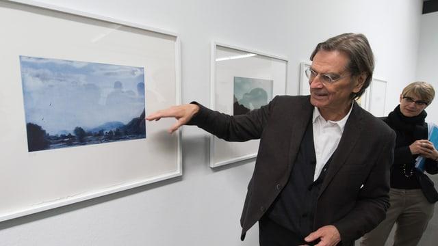 Markus Raetz bei einem seiner Bilder im Kunstmuseum Bern