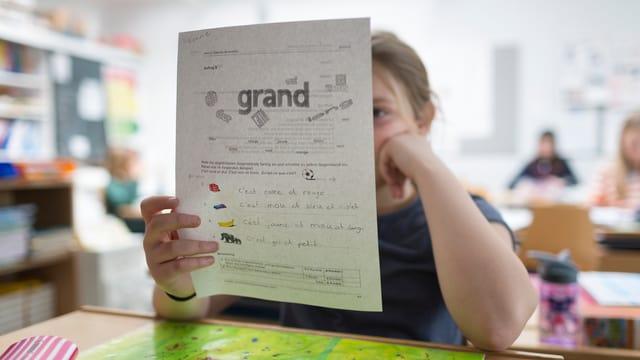 Kind liest französischen Text
