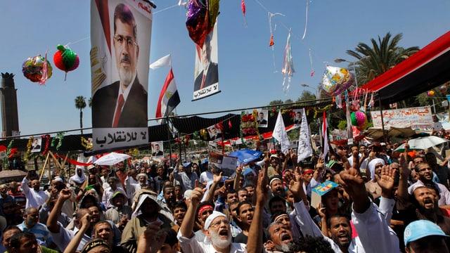 Anhänger des gestürzten Präsidenten Mohammed Mursi protestieren nach den Freitagsgebeten in Kairo.