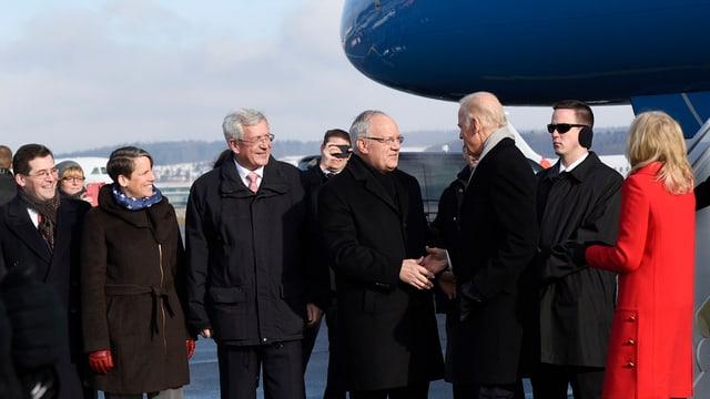 Cusseglier federal Johann Schneider-Ammann beneventa il vicepresident american Joe Biden e sia consorta Jill Biden a Kloten.