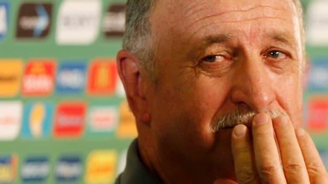 Luiz Felipe Scolari hält sich die Finger vor den Mund.