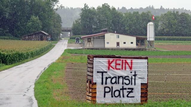 Transparent mit Aufschrift «Kein Transitplatz»