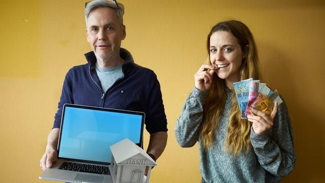 Martina schwört auf Bargeld. Peter hingegen bezahlt online.