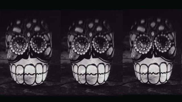 Beleuchtete und verzierte Totenköpfe