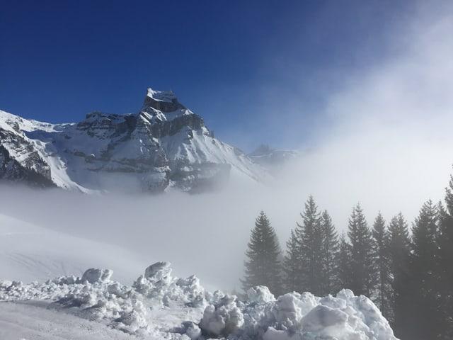 Einige Nebelschwaden wagen sich hoch hinaus.