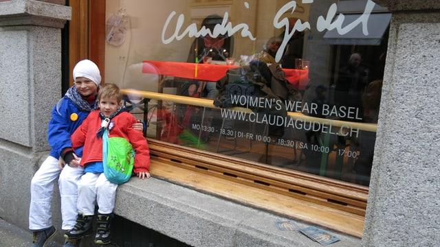 Zwei kleine Waggis vor dem Schaufenster von Claudia Güdel.