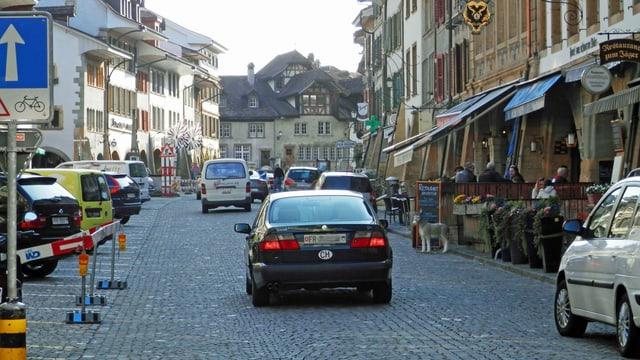 Die Murtner Hauptgasse mit Autos.