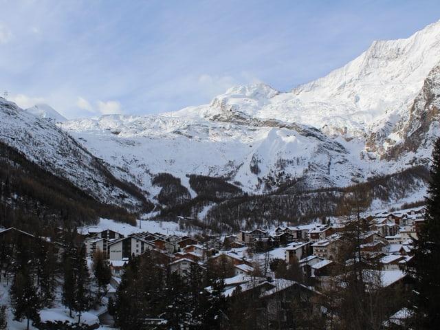 Blick auf das Dorf von Saas-Fee, im Hintergrund das Skigebiet.