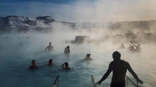 Menschen baden in heissem Wasser