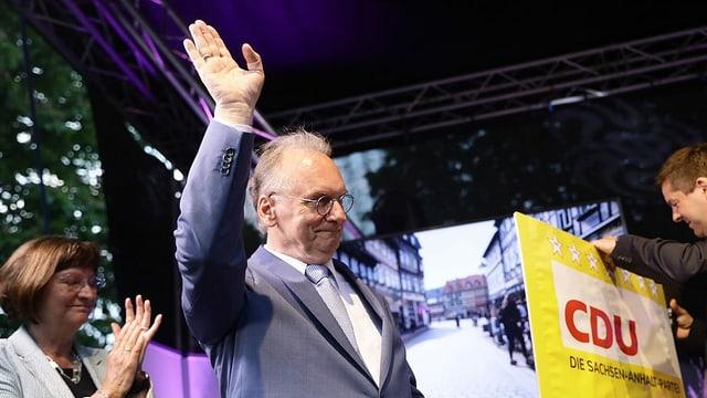 Ministerpräsident von Sachsen-Anhalt, Reiner Haselhoff, freut sich über das gute Ergebnis seiner Partei.