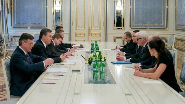 Die drei EU-Aussenminister (rechte Seite) und die ukrainische Delegation mit Präsident Janukowitsch.