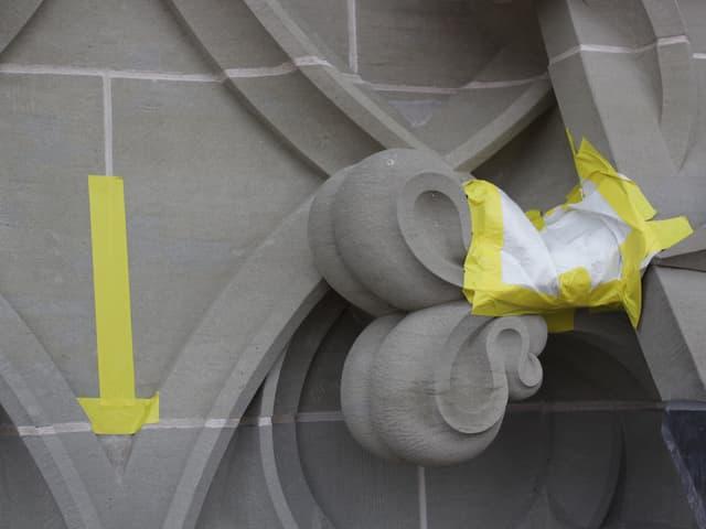 Ein Pflaster schützt ein Ornament an der Fassade des Berner Münsters.