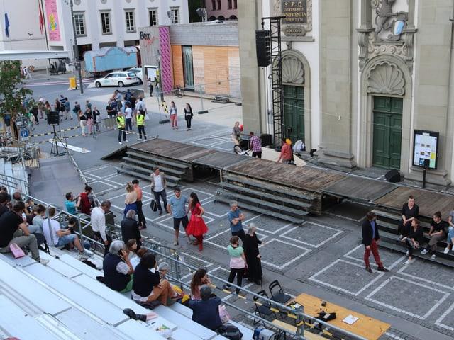 Theaterszene vor Kirche
