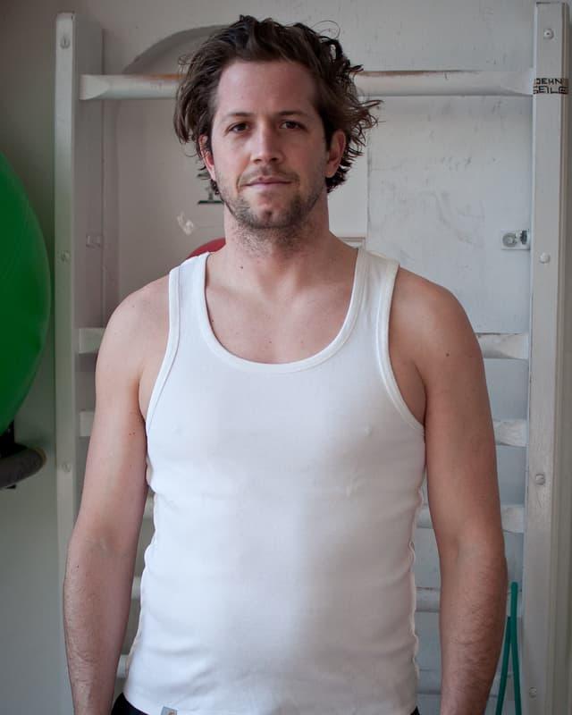 Schüpbach posiert in weissem Shirt.