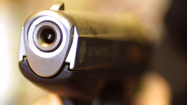 Eine Schusswaffe.