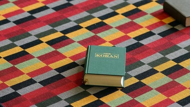 Bild eines Korans, der auf einem Tisch im im Asylzentrum Bremgarten liegt.