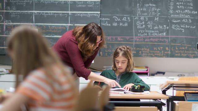 Lehrerin im Schulzimmer mit Kindern